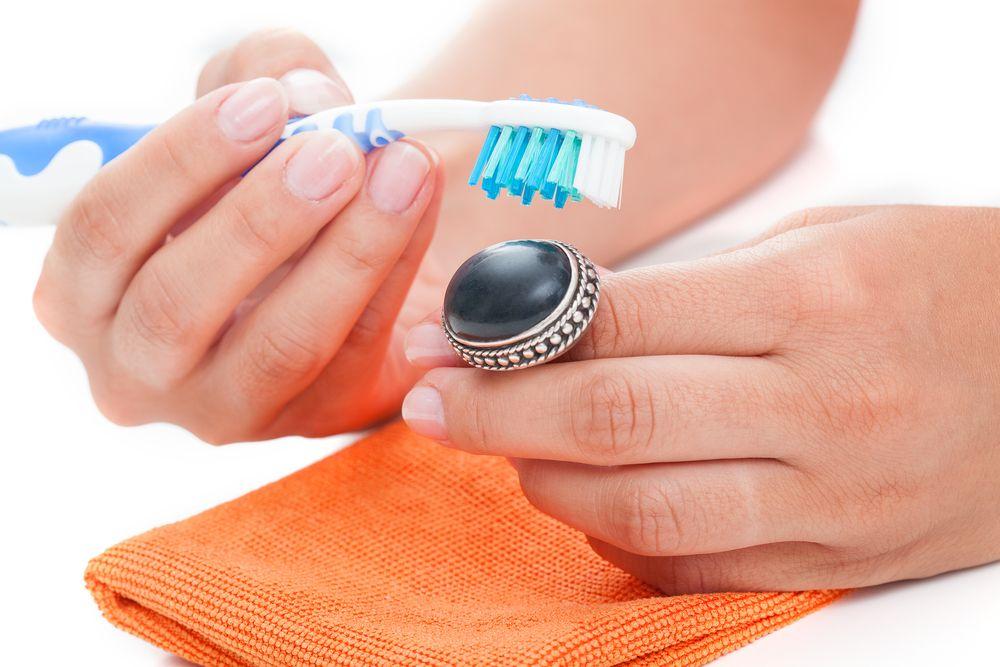 Zilveren sieraden onderhouden, schoonmaken en dragen