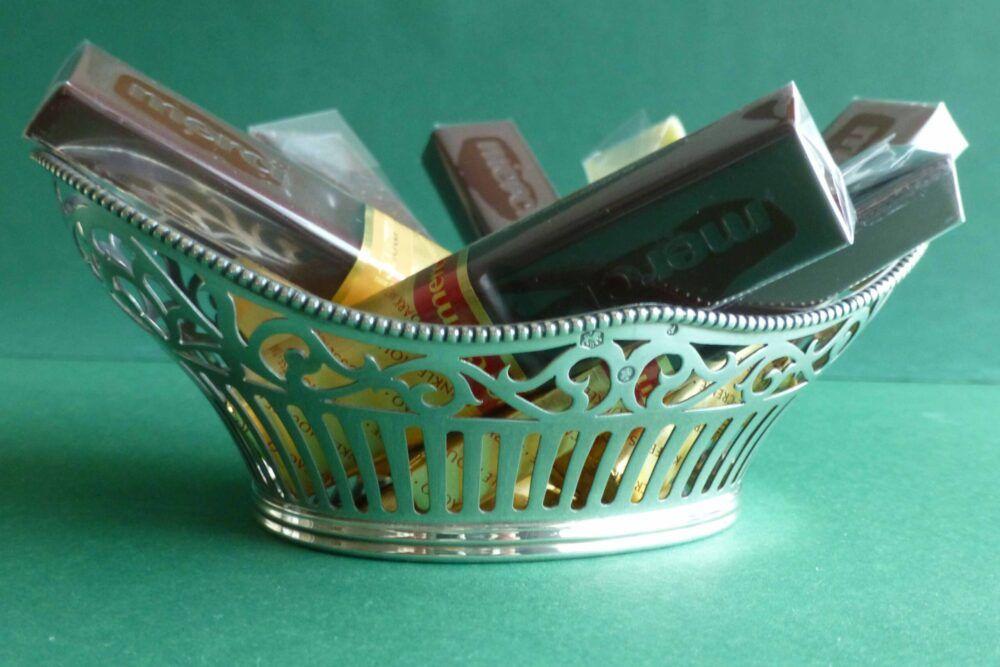 Zilveren bonbonmandje met chococaatjes Blog Zilver.nl