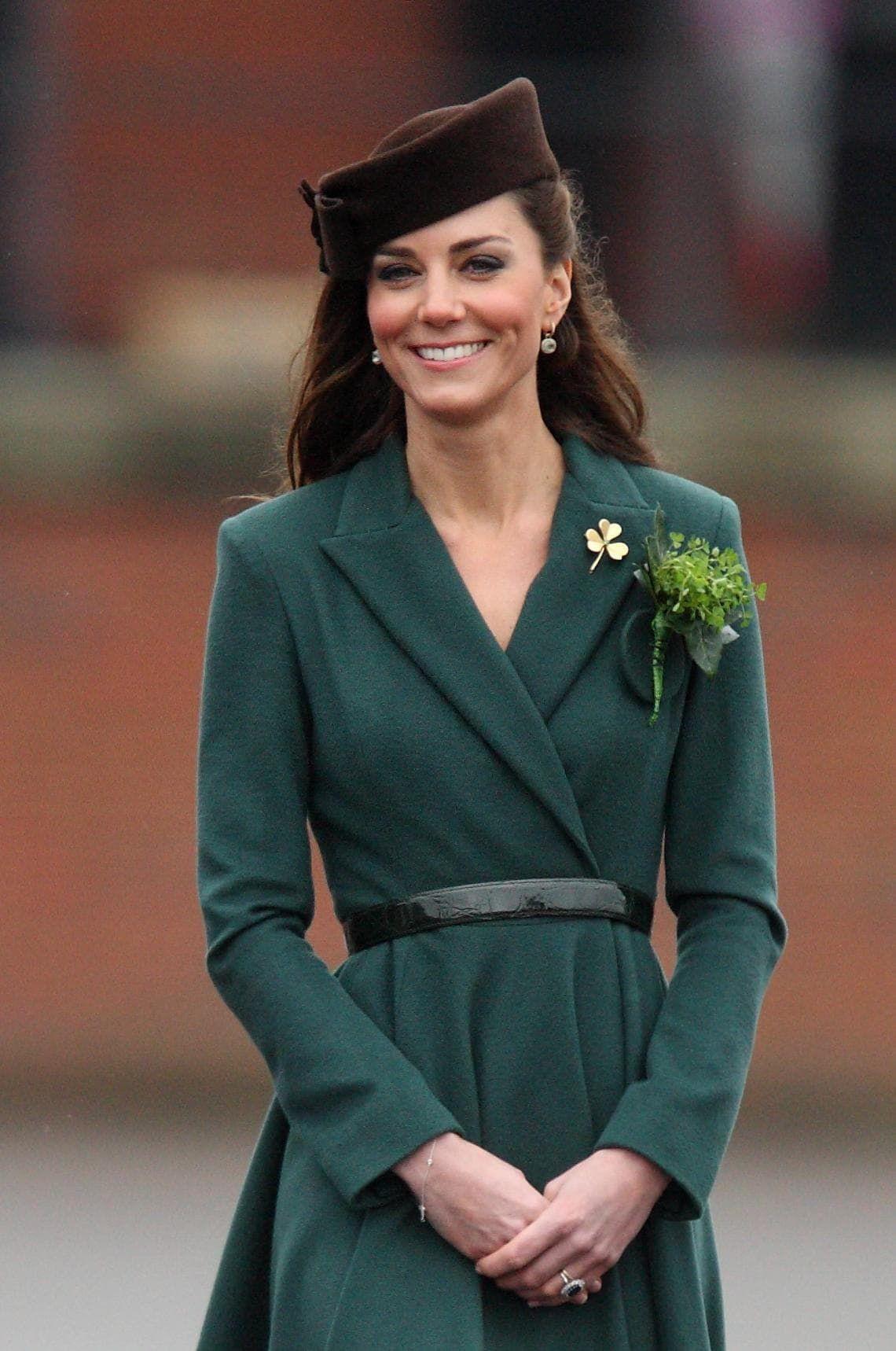 Kate Middleton op St Patrick's day gouden klaver broche
