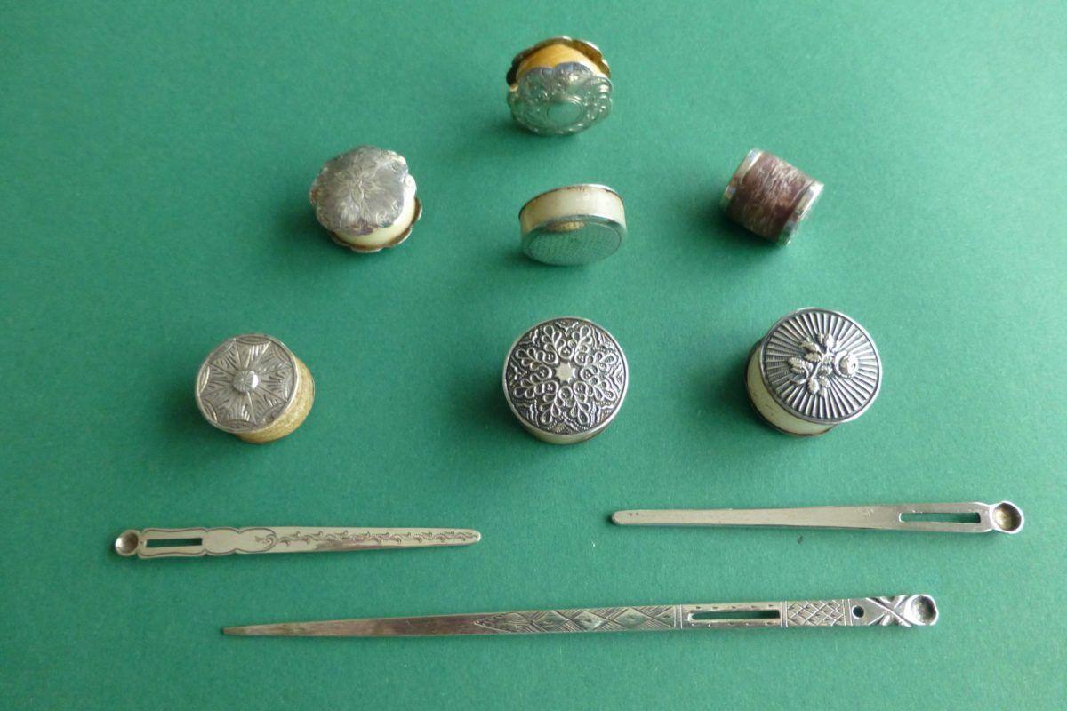 Antieke rijgnaalden met oorlepeltjes, wasklosjes en wasdoosjes