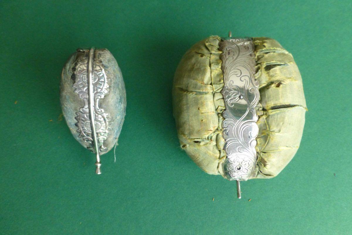 Antieke Friese speldenkussens met zilveren monturen