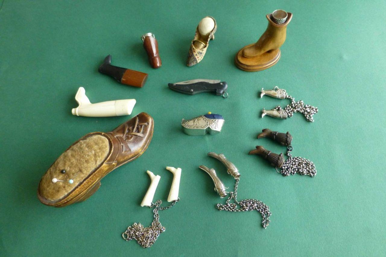 oud naaigerei laarsjes en slofjes breipendoppen en speldenkussentjes