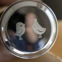 Gegraveerd vogelbruidspaar op een zilveren kurk