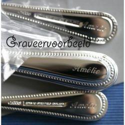 Graveervoorbeeld van een kinderbestekje parelrand door Zilver.nl