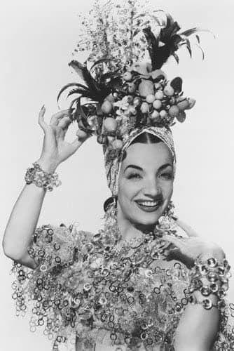 Carmen Miranda met een fruitmand op het hoofd
