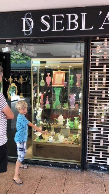 Een etalage van 1 van de 50 antiekwinkel van Village Suisse