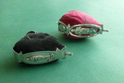 Antieke speldenkussens met zilveren monturen bij Zilver.nl