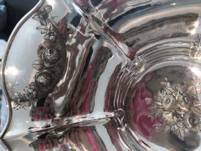 Gedreven versiering in een zilveren schaal