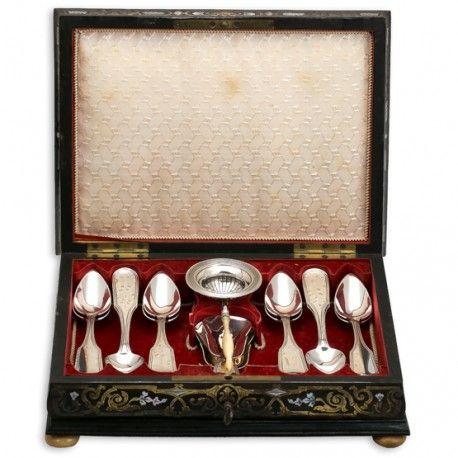 antiek zilveren theegarnituur het zilver op de theetafel