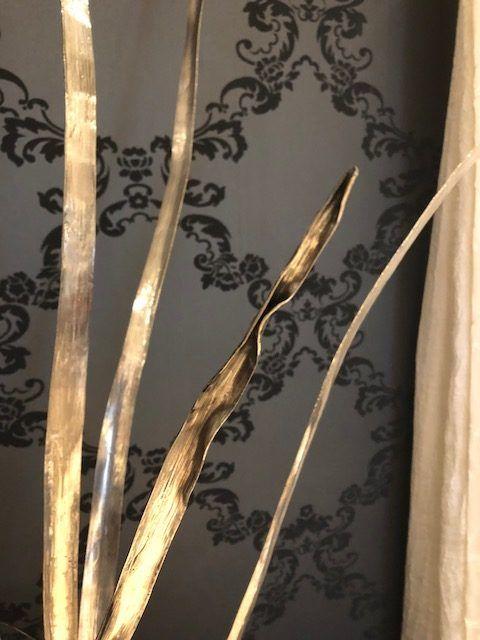Detail van de geciseleerd en bewerkte 1e gehalte zilveren bladeren van zilverwerk Provence