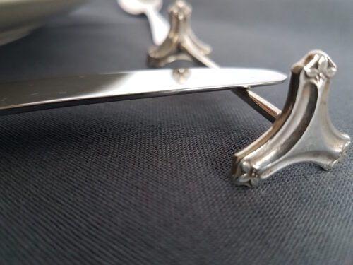Antiek zilver mes op een zilveren messenlegger Blog Zilver.nl