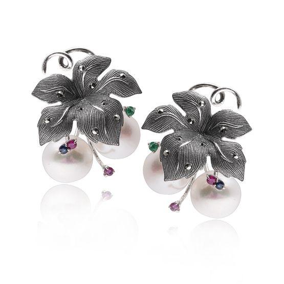 Zilveren oorbellen met parels en edelstenen.
