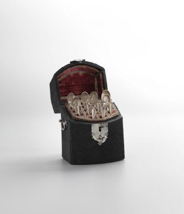 Miniatuur bestekkist van luxe hout met antiek zilver miniatuur bestek Blog Zilver.nl