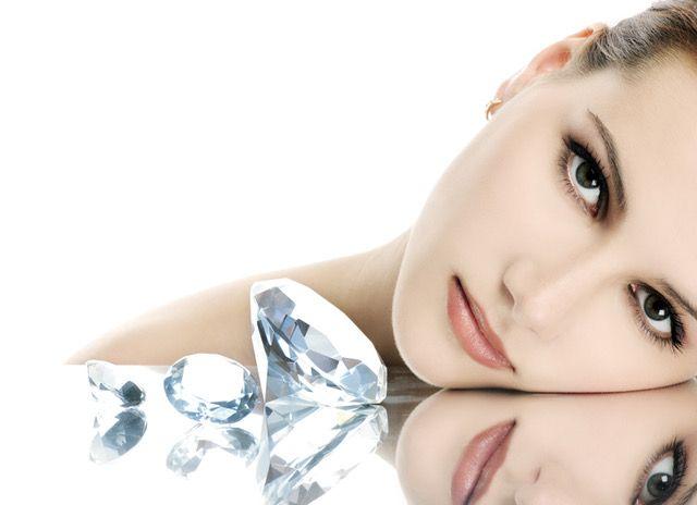 een vrouw kijkend naar diamanten