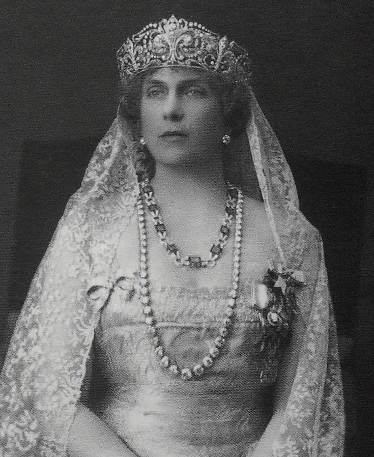 Koningin Ene (Victoria Eugenia) met het Spaanse fleur-de-lys diadeem in oorspronkelijke dichte vorm
