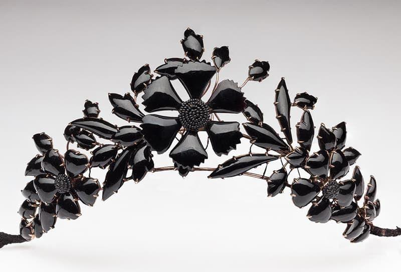 het zwarte diadeem van glazen kralen en email gedragen tijdens zwarte bals